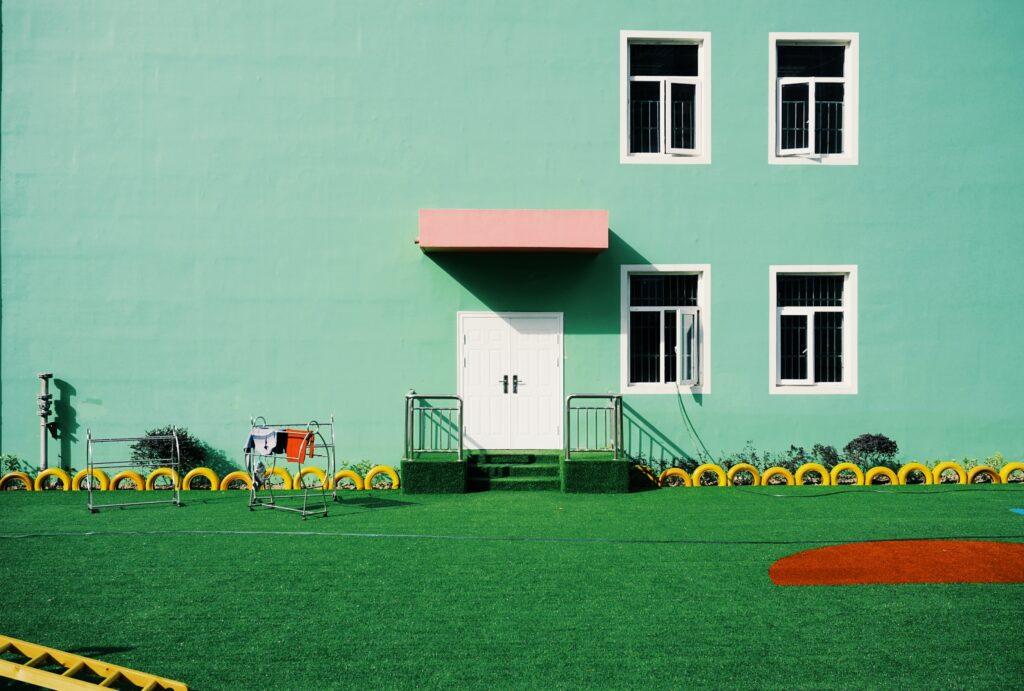 Játszótéri műfű: miért szeretik a szülők a szintetikus gyepet a gyerekek játékterületeihez?